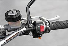 操作性が良いOW01タイプのスイッチを装着。この手のカスタムは90年代仕様だ。ブレーキマスターにはAPロッキード製をチョイス。こちらはまさしく80sテイストである。