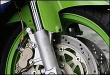 400ccクラスでアップサイドダウン=倒立式フロントフォークが採用され始めたのもこの時代から。カワサキはライバル車よりも豪華装備だった。