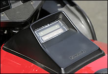 タンク上の液晶メーターには、ガソリン残量やdfiのチェックランプが表示される。