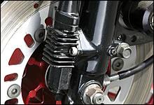 ブレーキング時にフロントフォークの沈み込みを抑制するアンチノーズダイブ機構は、80年代中頃までのスポーツモデルがこぞって採用した。