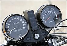 220km/hフルスケールメーターを装備。タコメーターにはGPz系メーターに表示されていたボルトメーターが組み込まれており、ノブ操作によって即座に電圧値を表示する。