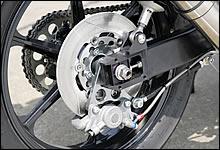 φ250mmのフローティングローターにAP製キャリパーを組み合わせる。70s/80sの空冷ル地カスタムには定番中の定番と言える、AP製対向2ピストンキャリパー。