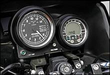 Gpzシリーズの共通したシルエットを持つコックピットだが、タコメーターには自動車用高性能マルチメーターとして知られるピボット社製をチョイス。各種センサー類の追加装備によって、様々な情報を得られる仕様としている。
