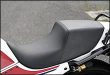 シートの張替えに関しても並ならぬこだわりを持つスピードショップイトウ。デザイン的にもポジション的にもお勧めなのがこのスタイルだ。表皮を変更した仕様にも対応する。