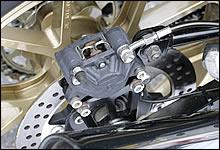 リアブレーキキャリパーにもブレンボ製対向2Pキャリパーを装備する。如何にもなスペシャル感を持たせずシンプルに仕上げているあたりに、このマシンのセンスの良さを感じることができる。