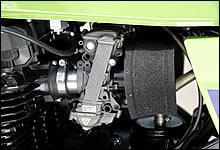 ベンチュリーφ35mmのFCRは、低回転からの応答性が良く、街乗りでも扱いやすい。本体だけでなく、スポンジまで黒と徹底。
