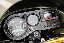 カーボン製メーターパネルにセットされたメーターは、左からスタック製タコメーター、同じくスタック製燃料計、ヨシムラ製デジタルマルチメーター。Z1000Rのセンターユニットで動かす燃料計は、調整によってかなり信用性が上がっている。