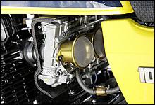 ネット付きゴールドファンネルを装着したFCR39は、排気量の大きさに対応したチョイス。エンジンの熱によるパーコレーションを防ぎながら、エンジン周囲を流れる走行風を妨げないカーボン製のキャブヒートガードは、アニーズのオリジナル製品。