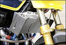 オイルクーラーコアに走行風を積極的に導くためのシュラウドも、キャブヒートガードと同じくアニーズのオリジナル製品。実際にミニサーキットに持ち込んで、油温低下に効果のあることもテスト済みの自信作。