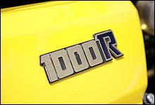 カウルや燃料タンクのグラフィックだけでなく、サイドカバーにも「R」の文字が青色の純正R1エンブレムを装着。