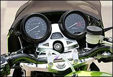 当初はZRX用純正メーターを装着しようと考えたが、最終的にはゼファー1100用の純正メーターを装備したコックピット。現代のメーターユニットを装備することで作動性もより信頼性の高いものとなっている。