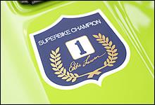 タンク上に貼付されたご存知チャンピオンステッカーは、レプリカではなくローソンR1用純正部品。ローソンのサインや月桂樹のデザイン部分がキラキラ輝く本物だ。