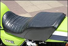 S1タイプの段付きシートは、デザインばかりでなくポジション作りにも貢献する。