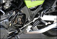 ハイパフォーマンスな足回りに対応し、要所に補強を追加したメインフレーム。スイングアームウはオーヴァーレーシング製だ。