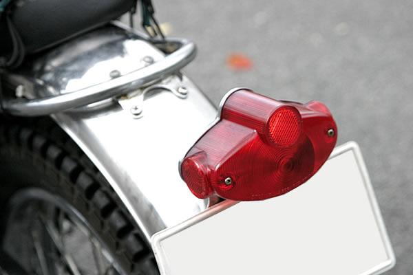 マッハ、Wの輸出仕様と同じテールランプを持つ。サイドリフレクターが北米仕様の証。キラリと光るフェンダーはステンレス製。