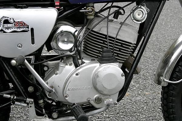 モトクロッサーのF21Mをベースとしたロータリーバルブのエンジンは23PSを発生。