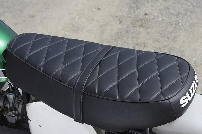 洒落たデザインのシート。ベルトは外す人が多かった。また、輸出用の小ぶりなシートに改装するケースも多かった。