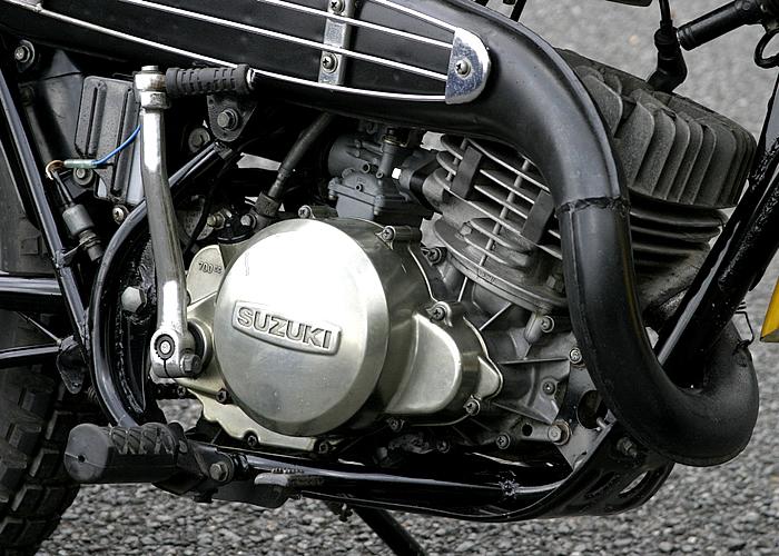 ボア・ストロークはDT-1などと同じ70mm×64mm。最高出力は22馬力だった。大きな冷却フィンはこの時代のマシンの特長だが、ハスラーは特に武骨。