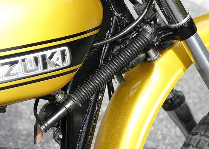 ステアリングダンパーを標準装備。ライバルモデルであるDTがステアリングヘッド下にダンパーを配置するのに対し、こちらはコンベンショナルなスタイル。