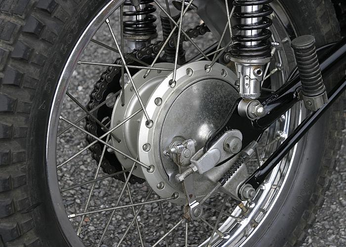 リアブレーキはドラムブレーキだが、きちんと整備されていれば十分な制動力を発揮してくれる。コントロールしやすいこともオフロードでは大きな利点。