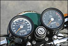 メーターはシンプルな2眼式で、タコメーター内にニュートラルとウインカーインジケーターを内蔵。