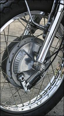 フロントドラムブレーキには開閉可能なエアスクープを装備。雨天走行時には閉じておくのがセオリーだ。