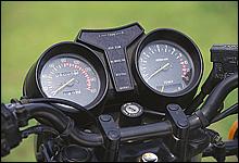 コクピット的デザインが与えられたメーターまわりはシンプルで機能的。タコメーター内の水温計が水冷の証。
