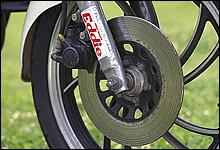 ブレーキはフロントシングルディスク・リアドラムというシンプルな構成ながら、制動力は当時としては十分だった。