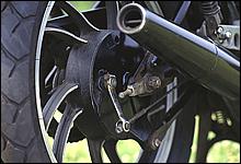 前期モデルに採用されたこのホイールデザインは火焔キャストと呼ばれた。軽量でRZの車両重量の軽減に貢献していた。