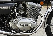 73×59.6mmとショートストロークなエンジンやDOHC8バルブの採用などレーシングマシン的なスポーツモデルだった。