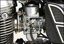キャブレターはXS-1が採用していたミクニ製ではなく、ケーヒン製φ32mm負圧式キャブレターを採用していた。