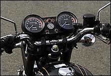 メーターデザインは70年代当時のオーソドックスなもの。左のスピードメーターは220kmまで針が刻まれている。