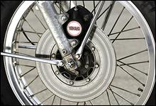 ドラムブレーキがまだ珍しくなかった時代に、2ピストンキャリパーのディスクブレーキを採用していた。