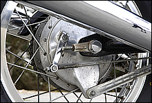 リアブレーキはφ180mmのドラムブレーキを採用。定期的に調整を行えばブレーキの利きに不満はない。