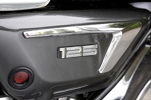 RD125以降は車両名称エンブレムがサイドカバーに貼り付けられるが、HX... RD125以降は