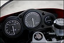 この時代のレーサーレプリカモデルのコックピットは、必ず中央にタコメーターがレイアウトされる。