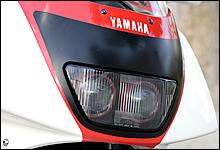 国内メーカーの中でプロジェクターヘッドライトを早い時期から採用したヤマハ。FZR400RRはツインプロジェクターとなっている。