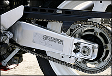 初代TZR250Rで初採用となった「デルタボックス」だが、FZR400RRではスイングアームも含め「デルタボックス・コンビネーション」へと進化した。