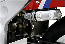 リアショックユニットに並々ならないこだわりを持っていたヤマハは、上級モデルにフルアジャスタブル機能搭載タイ
