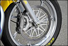 ラジアルマウントの6ポットキャリパーとφ320mm鋳鉄ローターの組み合わせは、細かなスピードコントロールにも忠実に応えてくれる。